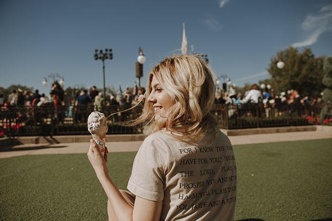 chica comiendo un helado